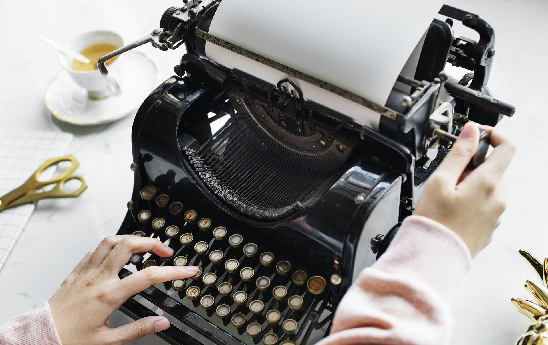 schreibmaschine-buchtext-und-kaffee
