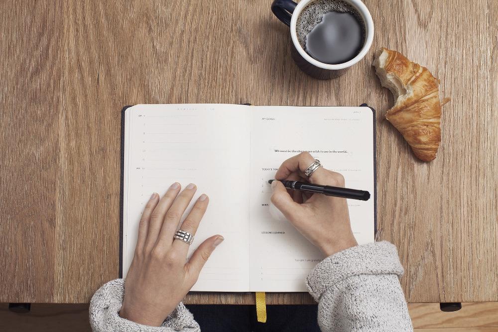 kreatives-schreiben-auf-papier-mit-kaffee-und-crossaint