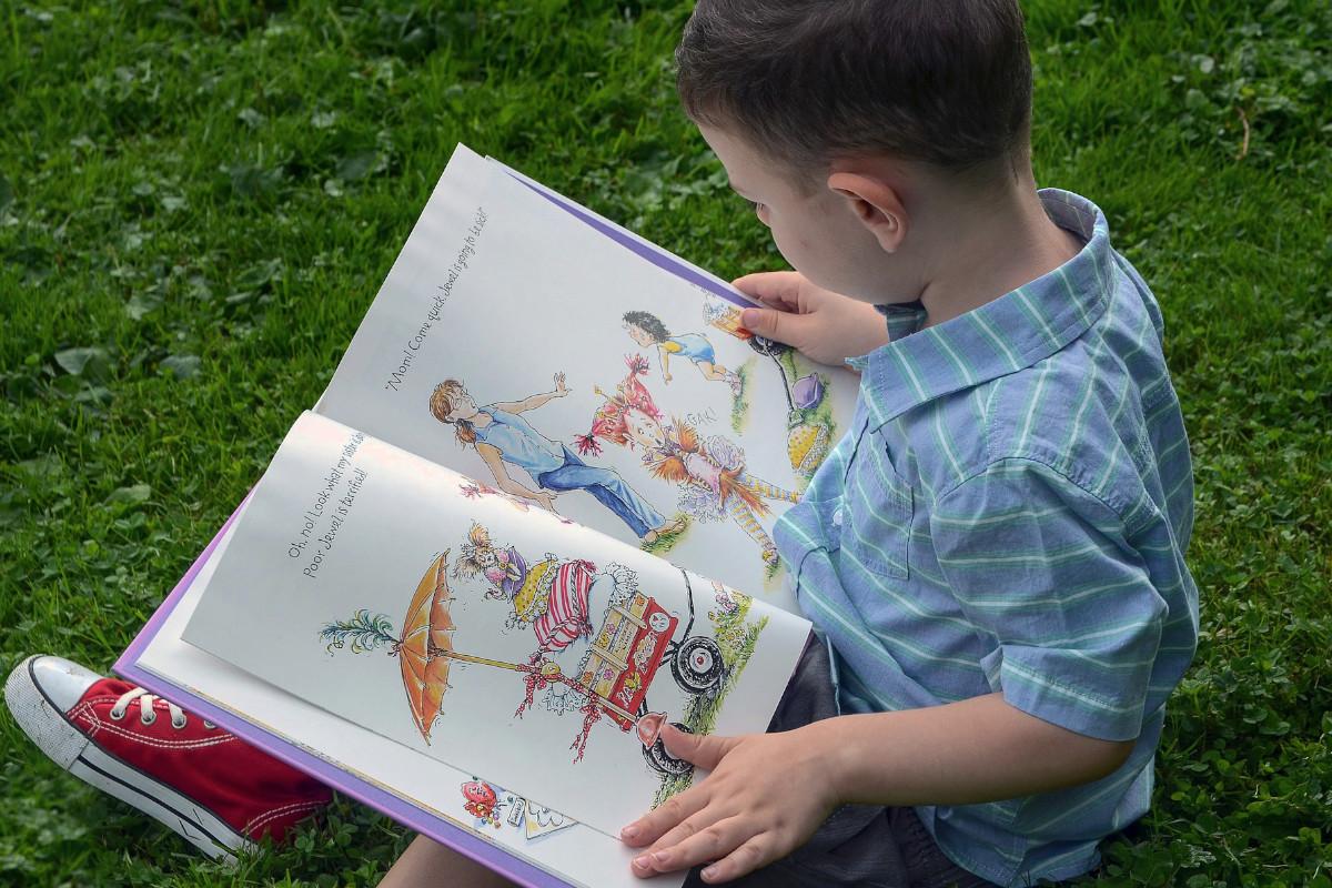 kind-liest-kinderbuch-schreiben